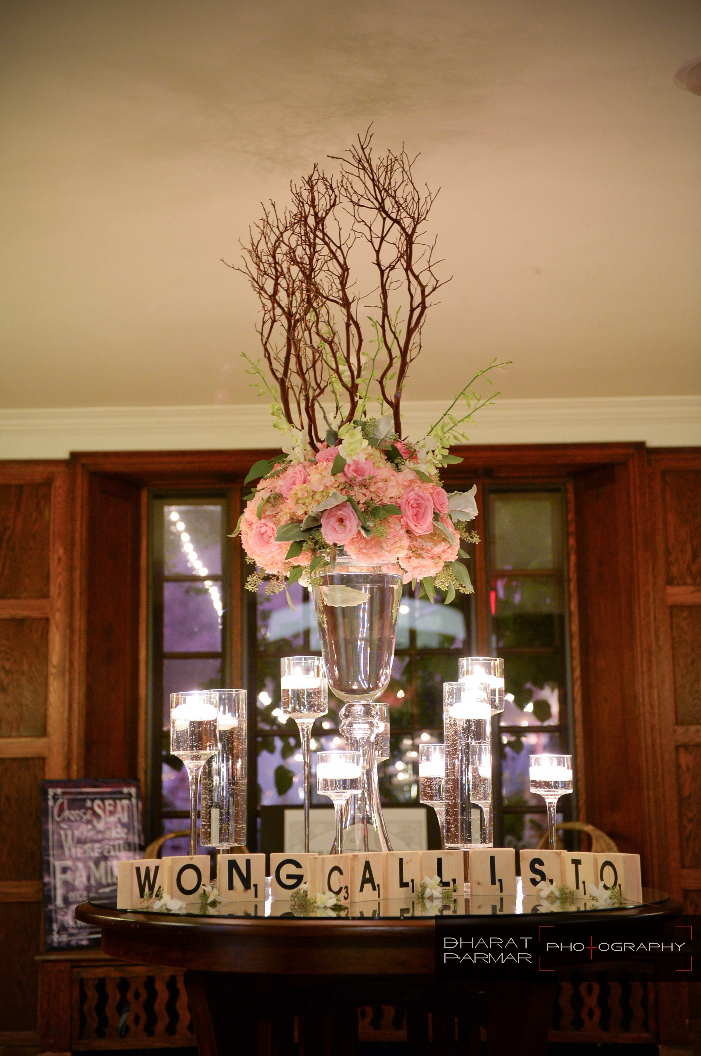 flou(-e)r_specialty_floral_events_floating_candles_reception_card_table