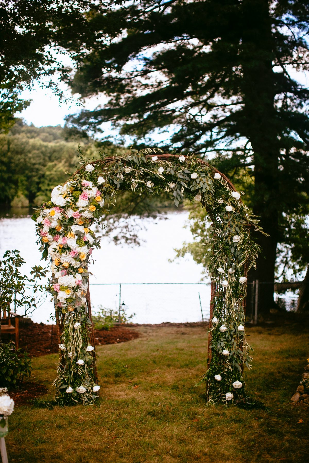 flou(-e)r_specialty_floral_events_greenery_arch